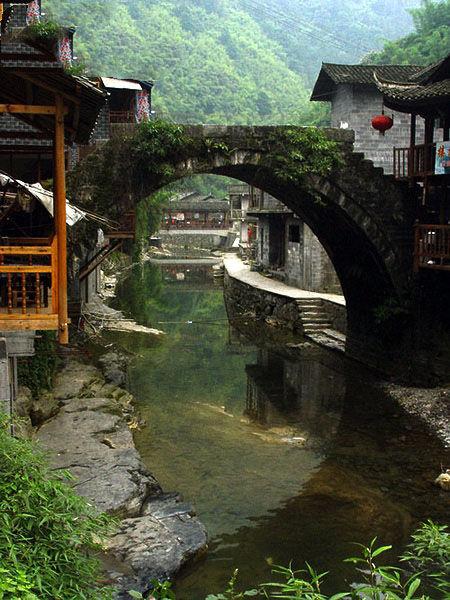 苗寨里的老桥