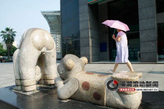"""(今日(1日)长沙市民在散步时,发现街头也有这样一尊""""流氓石雕"""",声称""""这个堪比流氓猪,而且是实打实的各种流氓""""。图/潇湘晨报滚动新闻记者 夏盛)"""