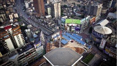 黄兴广场站地下连续墙距离最近门店仅2米左右,这样狭小的场地内修建地铁站在全国都很少见。图/记者辜鹏博