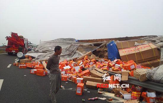 (随岳高速湖南岳阳出口处发生一起交通事故,一辆大挂车失控与路边栏杆发生碰撞后侧翻。)