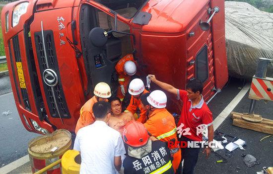 (岳阳消防特勤中队迅速赶赴事故现场,成功救出一名伤员。)