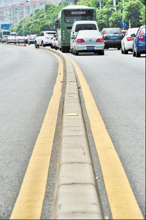车站中路,车辆在有序行驶。长沙自2009年开始配备这种新型交通隔离墩,能在有效防止车辆越双黄线行驶的前提下,免去传统的铁护栏,既节省了成本,也更有特色。