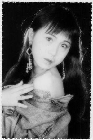 满足初中生的美女难得一见老长沙美女:姐90年代就敢拍露肩照!图片