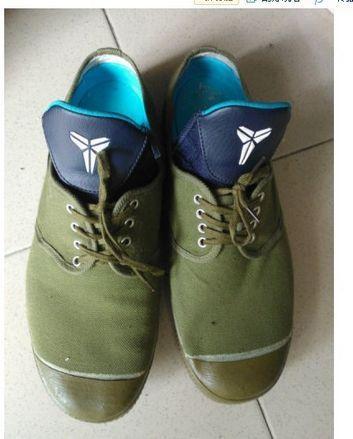 高富帅胶鞋内置科比战靴,屌丝内置护舒宝。微博图