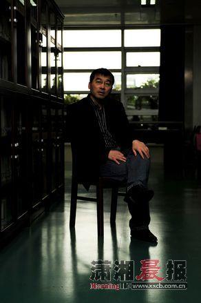 蔡天新,浙江黄岩人。49岁,诗人,旅行家,随笔和游记作家,现为浙江大学数学系教授、博导。最新作品为《数学与人类文明》和他的游记三部曲。