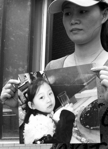 章红捧着女儿生前的照片
