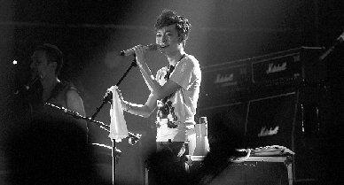 2011橘洲音乐节,苏打绿主唱吴青峰在舞台上深情演绎。现场粉丝为之疯狂。图/记者陈勇