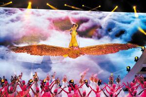 美轮美奂的金鹰女神刘诗诗踏着金鹰从云端飞向观众席。  陈飞 摄