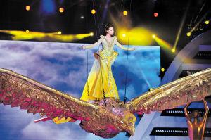 美轮美奂的金鹰女神刘诗诗驾着金鹰从云端飞向观众席。