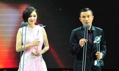 9月9日晚,最具人气演员奖获得者文章(右)、杨幂(左)。本报记者郭立亮摄