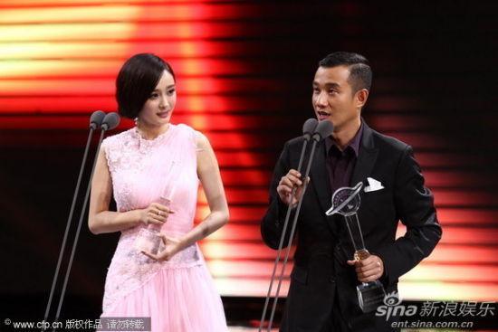 文章(右)获金鹰节最具人气男演员奖,发表感言:钓鱼岛是中国的