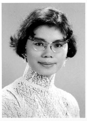 """这是上世纪30年代初,长沙韭菜园圣经学院内一位民国时期的长沙女教师。当年长沙一些女性的衣着已经十分时尚,甚至出现了""""蕾丝装""""(也可能是针织衫)。"""