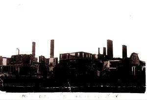 1938年11月8日,日军飞机对长沙城狂轰滥炸。这是被日机轰炸后,剩下残垣断壁的长沙韭菜园圣经学院主体建筑。此时长沙临时大学师生早已进行了中国教育史上的伟大壮举,即长沙临时大学迁滇,并改名西南联大。就在长沙韭菜园圣经学院被轰炸五天后,长沙发生了举世震惊的文夕大火。