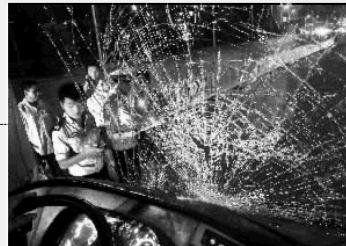 9月9日晚上,长沙市潇湘大道车祸现场,公交车的前挡风玻璃已被完全撞碎。 实习生 李健 摄