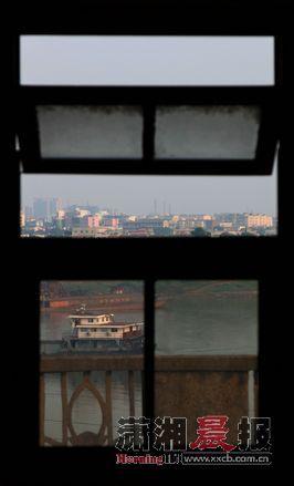 2012年8月31日,从窑湾车站楼顶的采光窗口,眺望湘江对岸。