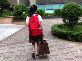 小学生教师节提两袋Gucci送老师