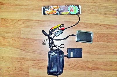 蓝色环保袋暗藏的偷拍摄像装置(右图)