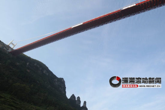(9月16日,矮寨将迎来多国极限运动爱好者低空跳伞的壮举,来自13个国家的极限运动爱好者将从矮寨大桥跳下。图/潇湘晨报滚动新闻记者 邵骁歆)