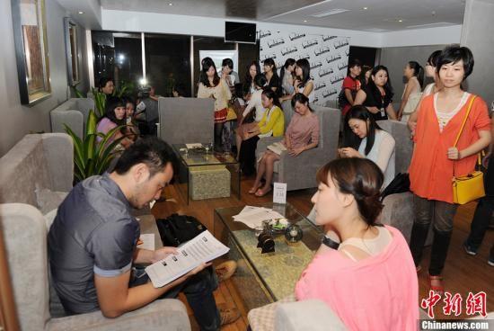 9月16日,中国首家针对成功企业家打造的婚恋平台CECS中国企业家单身俱乐部的征婚派对长沙站初选今日启幕。图为众多前来应征的单身女性。杨华峰 摄