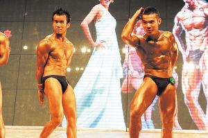 选手们在台上尽情展示自己完美的肌肉线条。郑湘平 摄