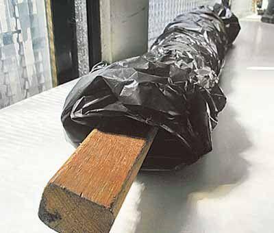 现场遗留的木棒、球棒等凶器,被警方用黑色塑料袋包起来带回警局。