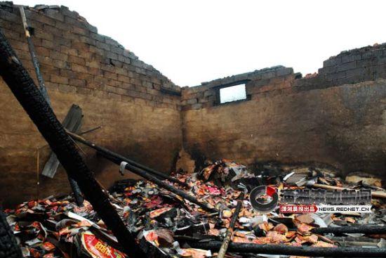 (今日(17日)上午7时许,宁乡县花明楼隆翔鞭炮厂发生爆炸,包装车间房顶已炸飞。图/潇湘晨报滚动新闻记者 陈勇)