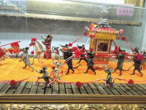 """骑着高头大马的""""鼠新郎""""和坐在花轿中的""""鼠新娘""""无疑是整个作品的中心。孙占锋 摄"""