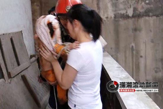 (18日上午11时31分,小孩被成功救出。图/潇湘晨报滚动新闻通讯员 张宏艳 林威红)