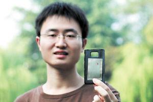 手机内部会产生电磁场干扰卡片读取,鞠琦利用磁贴巧妙地屏蔽掉手机内部的电磁场。   均为解识海 摄