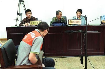 受害者母亲在法庭上情绪激动 本报记者吴平摄