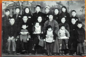 """1952年,易中天一家去湖北前,留下这张不完整的""""全家福""""。第一排四个小孩中左一为易中天,最后一排右一为易复刚。张萌 翻拍"""