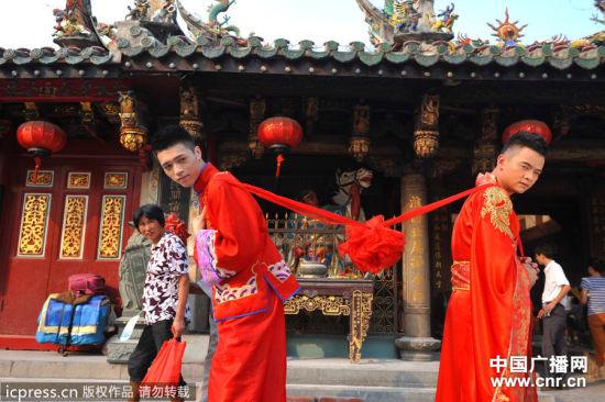 2012年9月13日,福建泉州,一对男同性恋人24岁的陆忠和20岁的刘万强拍摄婚纱照,相恋2年多的他们在东莞公开订婚引起轰动,十一期间,他们将在宁德老家举办婚礼。