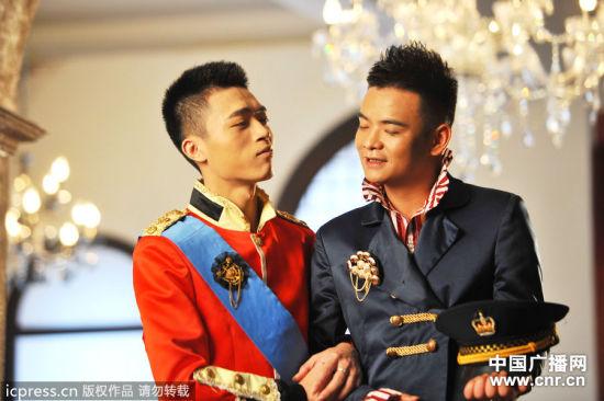 2012年9月13日,福建泉州,一对男同性恋人24岁的陆忠和20岁的刘万强拍摄婚纱照,相恋2年多的他们在东莞公开订婚引起轰动,十一期间,他们将在宁德老家举办婚礼。图为拍摄照片期间,两人甜蜜斗嘴。