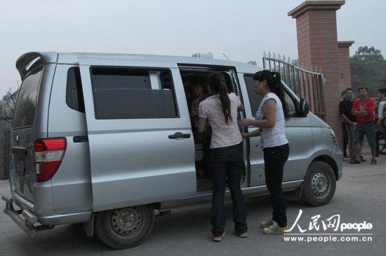 2012年9月18日,湖南娄底,事发后小佳怡的同学们被校车送回家,小佳怡却不幸的留在了这里。