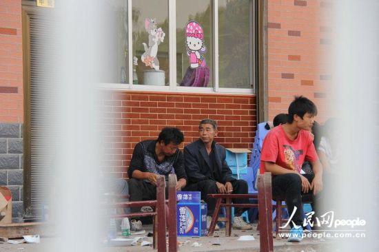 2012年9月19日,湖南娄底,小佳怡的家属在现场等待警方调查结果。