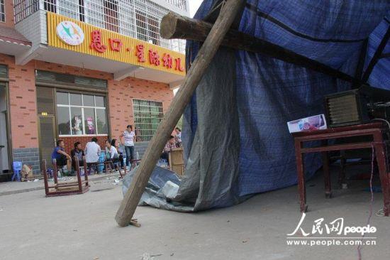 2012年9月19日,湖南娄底,家属在幼儿园院内给小佳怡摆设了简易灵堂,希望能以此举动得到园方的合理解释。