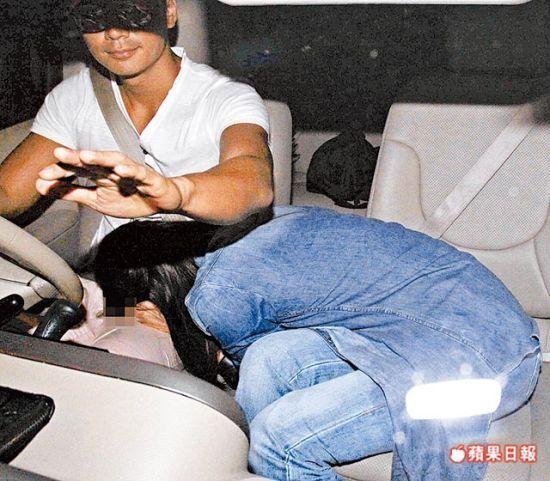 港星杨怡(右)18日晚被拍到把脸埋进罗仲谦双腿
