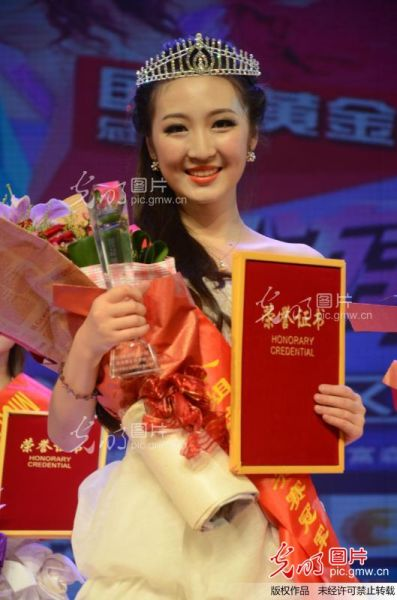 2012年9月21日,冠军周菲乔向观众展示奖杯。