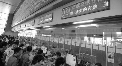 郑武高铁车票预售首日,武汉市汉口火车站售票厅,市民们排队购买郑武高铁火车票。 图/IC