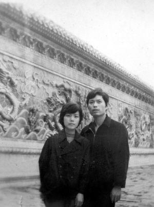背景是故宫的九龙壁,可惜当年用的是黑白相片,留不下九条龙的美丽色彩。1982年9月24日摄于北京故宫。