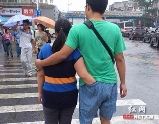 (小情侣行为举止确实雷人!在人来人往的街头,仍能泰然自若,境界可谓是非同一般。)