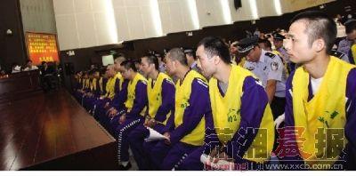 2012年9月26日上午,长沙市中级人民法院,41名被告人受审。图/通讯员王力夫