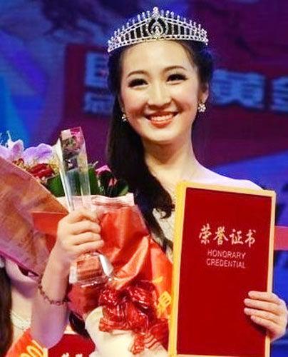 (9月26日,环球旅游小姐中国赛区总决赛在西安举行,周菲乔还获得了评委的肯定,获得全国总决赛的季军。)