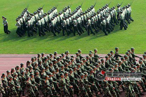 (今日(28日),中南大学举行新生开学典礼。典礼前举行了军训阅兵式。图/潇湘晨报滚动新闻记者 殷建军)