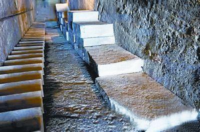 河南永城芒砀山汉梁王柿园陵墓甬道旁的塞石。塞石是为防后人盗墓而设置的。