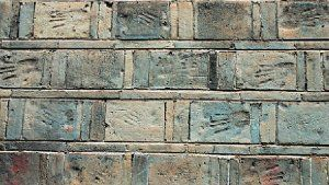 湘潭市东坪镇青砖墙面上布满了砖瓦匠们的手印。