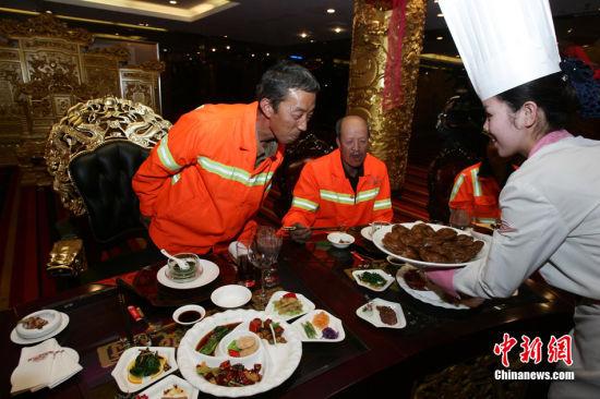 9月30日中秋佳节,山西太原一商家邀请环卫工人吃鲍鱼,品红酒,享用中秋佳宴。中新社发 张云摄