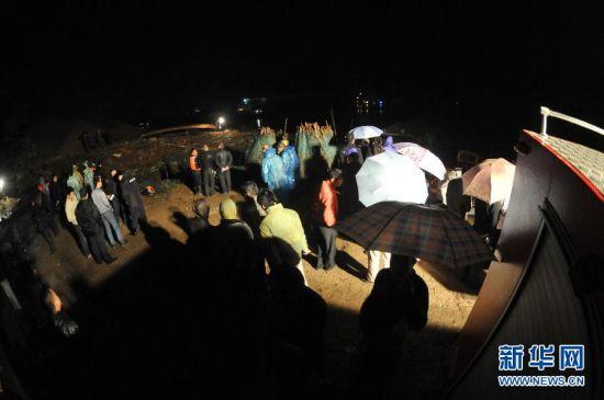 10月5日晚,救援人员集结在事故现场附近。