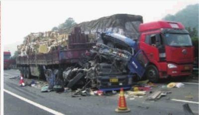 10月10日早6点左右,京珠高速湖南段距朱亭收费站3公里处,一辆挂车和货车发生碰撞。由于高速上浓雾笼罩,能见度非常低,后来车辆来不及避让相继撞上,造成22车连环相撞。