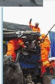 消防官兵在事故现场救援。